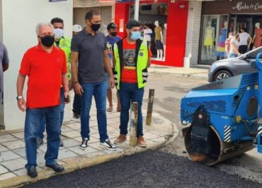 Prefeito inspeciona nova etapa de obras de asfaltamento de ruas e avenidas, em Cajazeiras